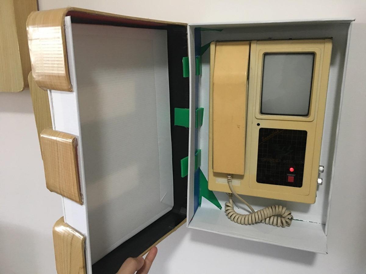 對講機老舊,使用率又低,所以網友胡欣欣才將它設計於 E 的盒子裡面。