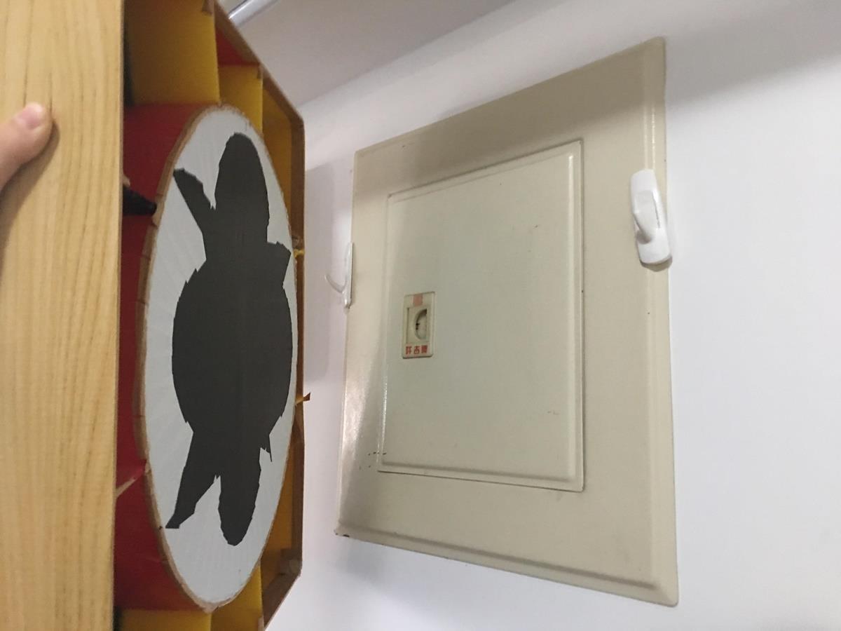 考量到日後電箱維修,時鐘透過掛鉤的方式勾住,讓取下更為迅速方便。