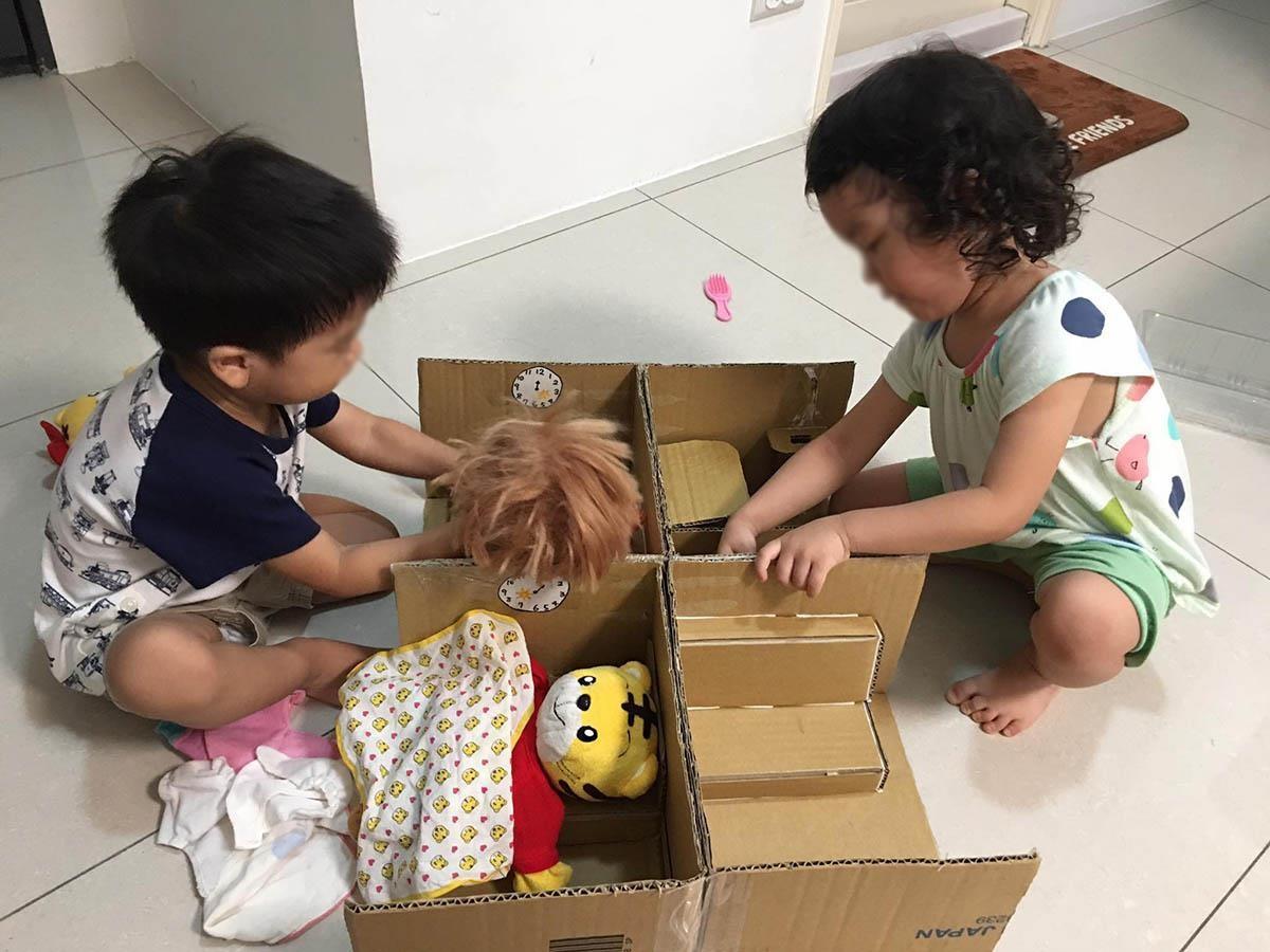 為了家中兩個小寶貝,網友胡欣欣還自己手作娃娃屋,讓孩子玩得不亦樂乎。