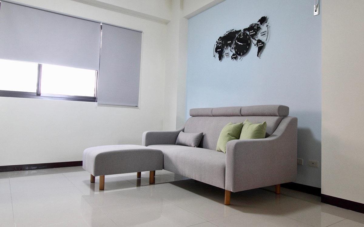 力士沙發,三人座簡單搭配腳几,腳几有機動性,輕便可移動。
