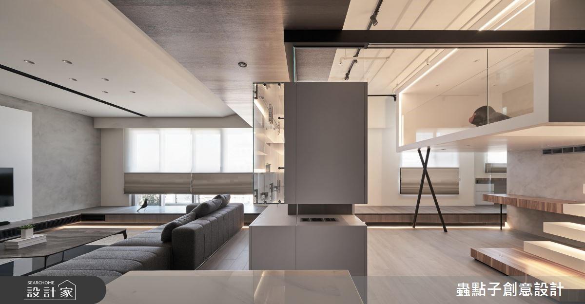 櫃體的設計脫開牆面,透過縫隙看出去,每個空間都能享有穿透的視野端景,並帶來一種像是躲貓貓遊戲般的探索樂趣。