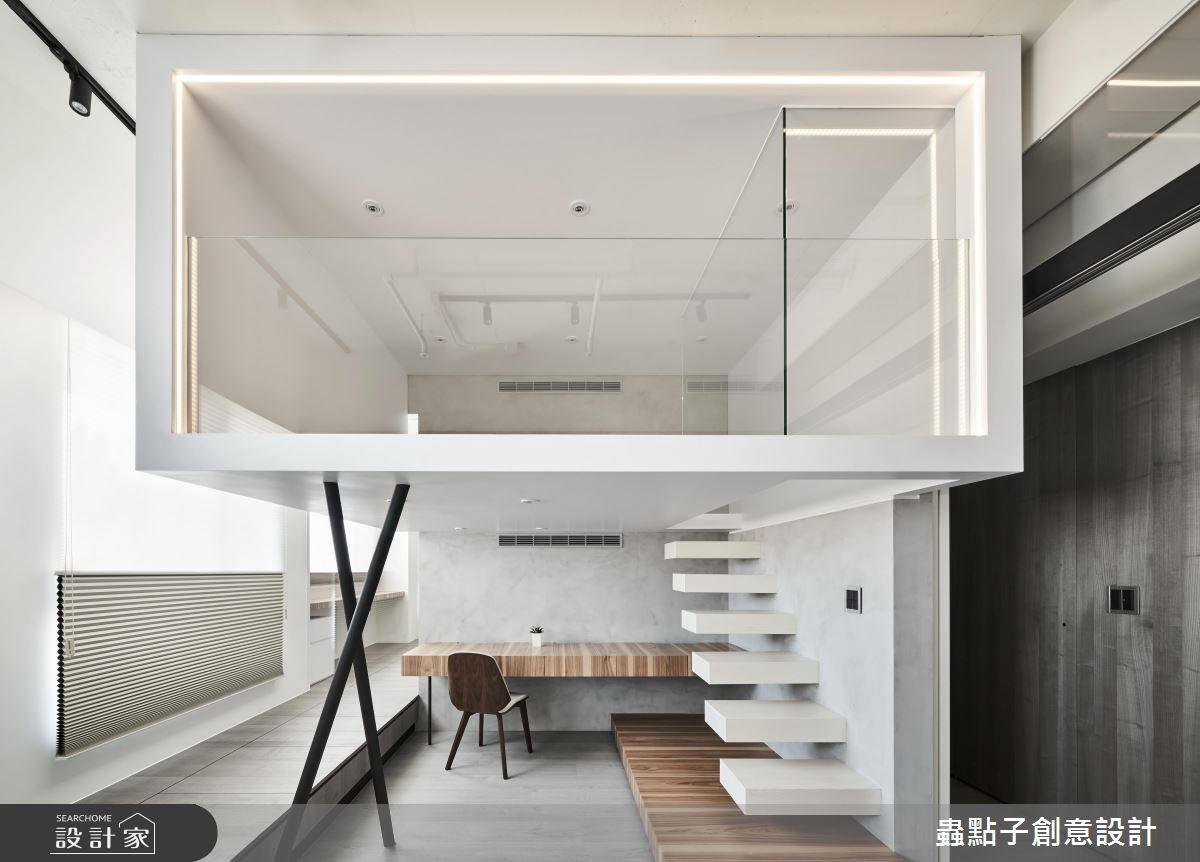 盒子的入口為懸浮設計,並兩支不規則交錯量體為支撐結構,呈現輕盈的感受;搭配圍繞著四周的細緻光帶,就如同精品展示盒一般。