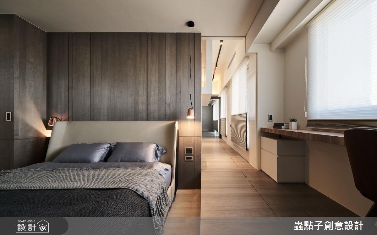 窗邊連結客廳、書房、臥室的多功能走道,成為循環的空間動線。