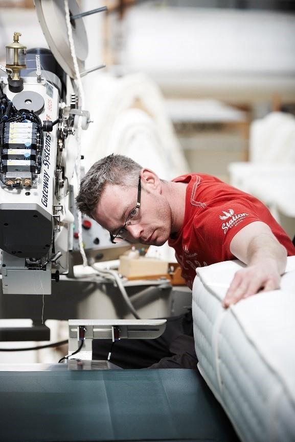 詩蘭慕每一個床墊需要工藝師傅100小時的手工製成。