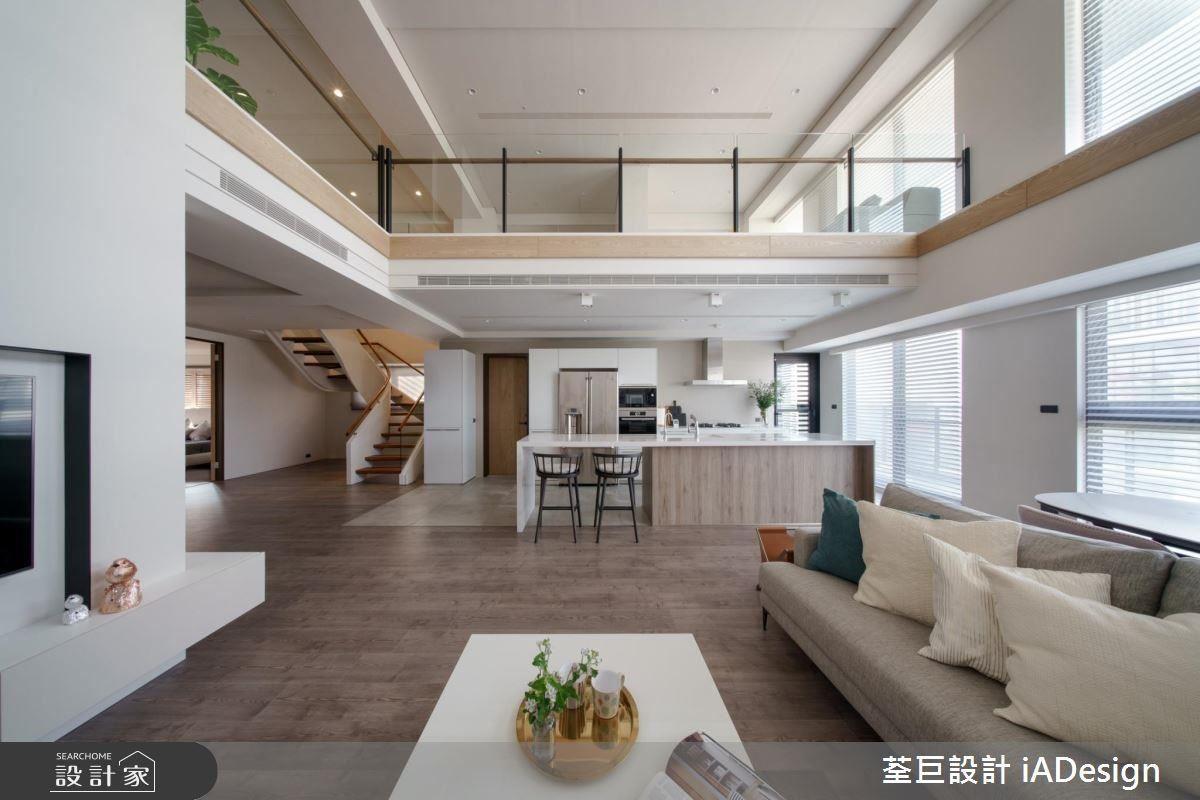 頂樓的景觀保留戶享有三面採光,宛如緞帶般的樓梯留給房子呼吸空間,也創造視覺焦點。