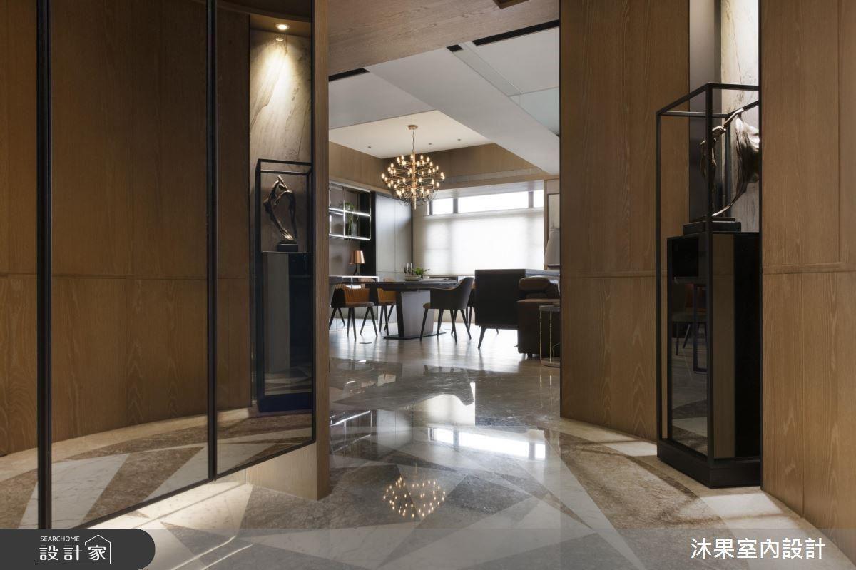 左側鞋櫃角落對齊大理石拼花圓心,並強化右方木作,達到整體視覺感受得活潑度。
