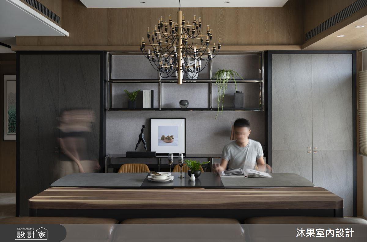 餐桌後方櫥櫃隱藏了未來將會使用到的佛桌, 8-10 年後將仿板岩門片卸除,即可在變動最少的情況下,達到新增功能目的。