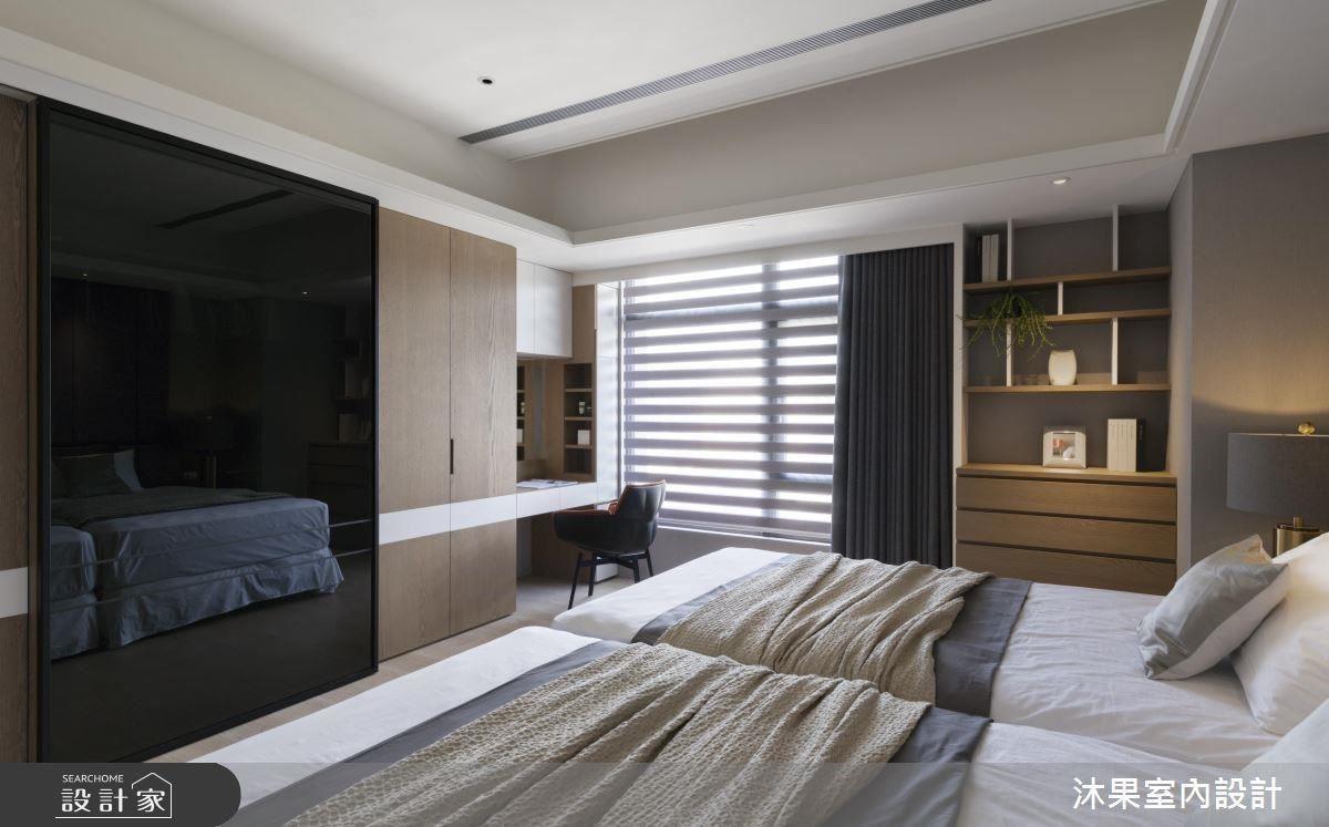 主臥將衣櫃結合電視收納,透明黑玻內裝設旋轉電視,後放成為掛置衣服的所在。
