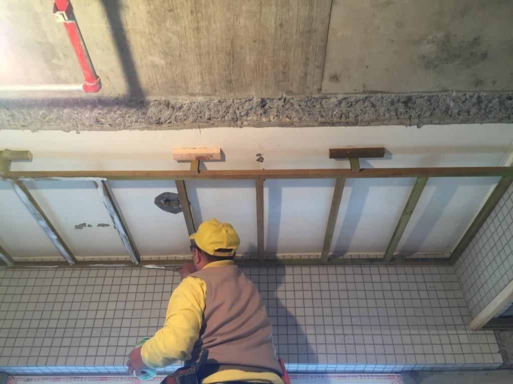 在施工過程,膠被廣泛運用在如天花板及木皮等不同材質的接合。