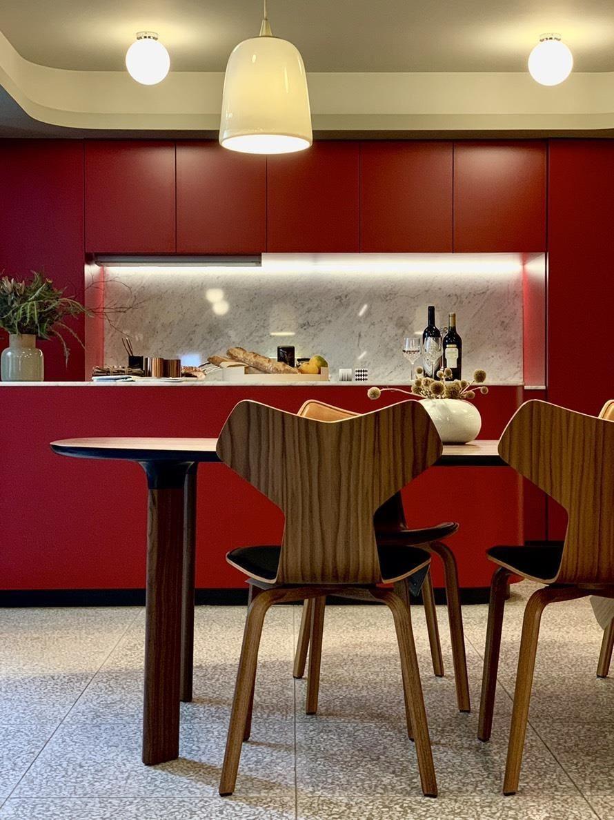 小空間通常採用開放式隔間,多半利用家具型態區隔空間,選擇有質感的擺件,更能同時表述個人品味。