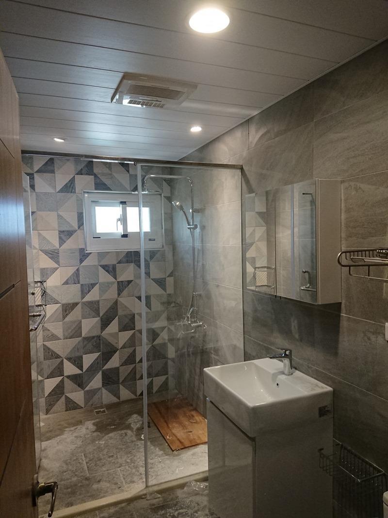 廁所的幾何牆面。