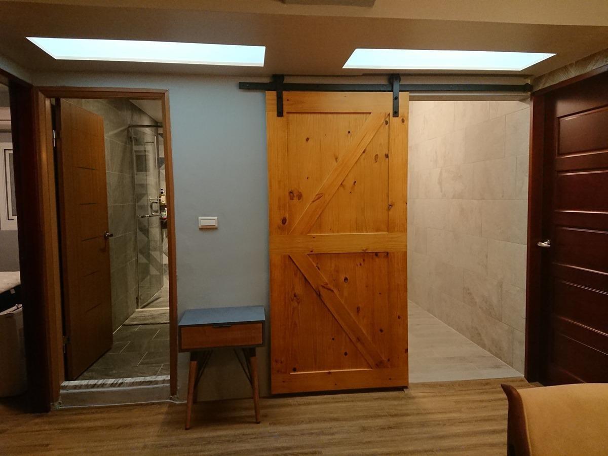 廚房門改造成穀倉門。
