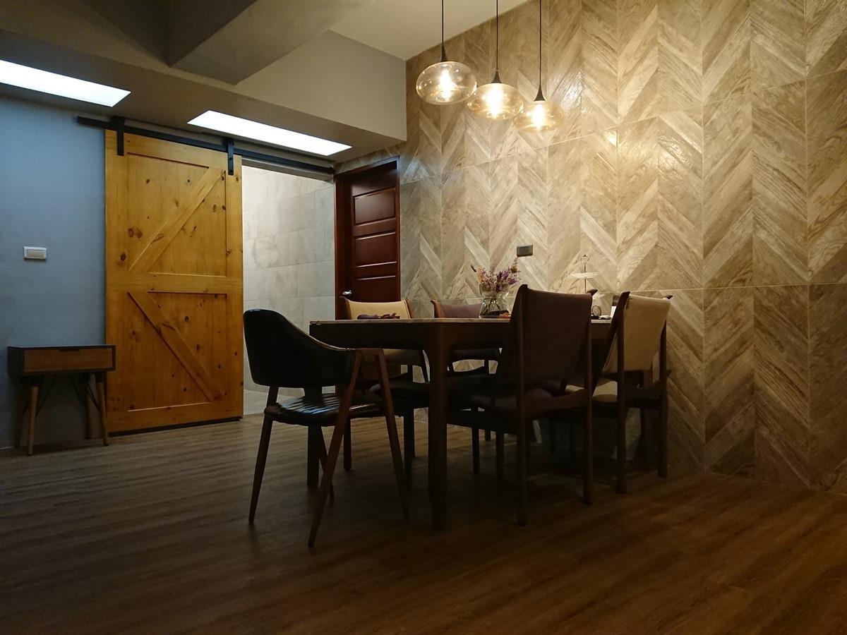餐廳主牆鋪設西班牙人字型木紋磚。