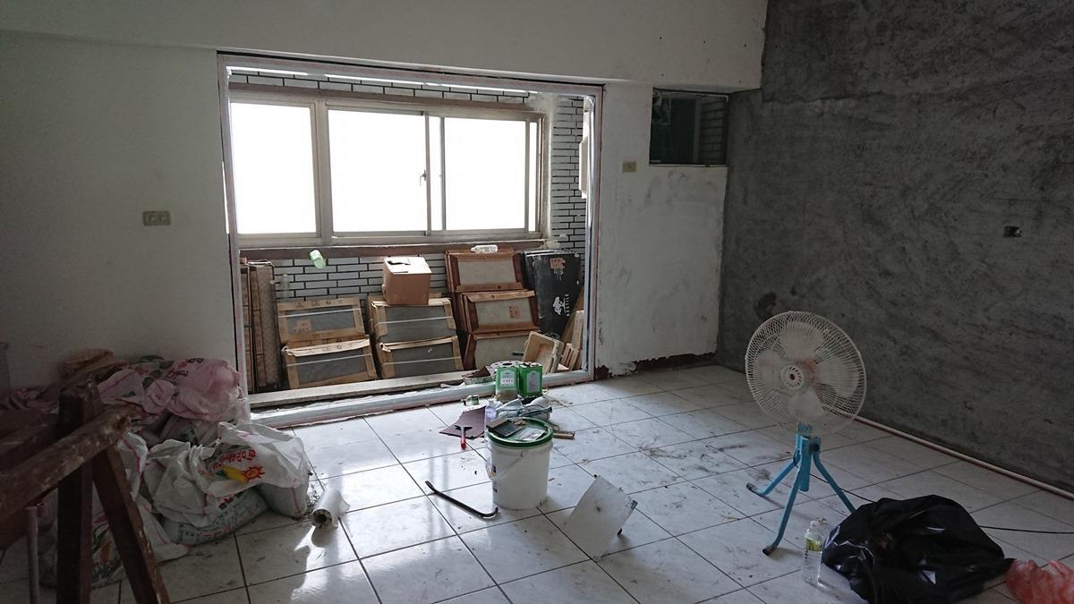 客廳與前陽台裝修中。