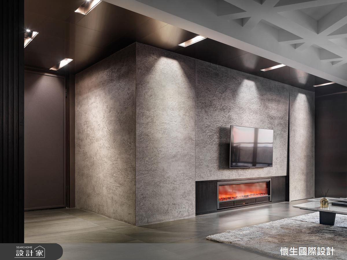 電視牆除了巧妙隱藏機櫃、內嵌電子壁爐,更結合隱藏門片,通往後方的神明廳及收納量度。