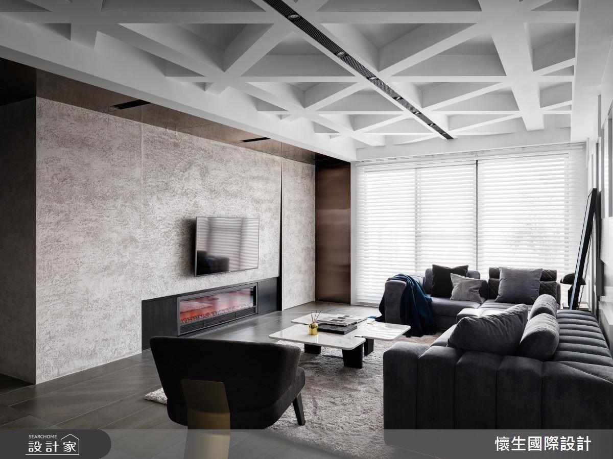 電視牆使用鍍鈦板佐義大利特殊漆,利用反射特性創造前衛質感。