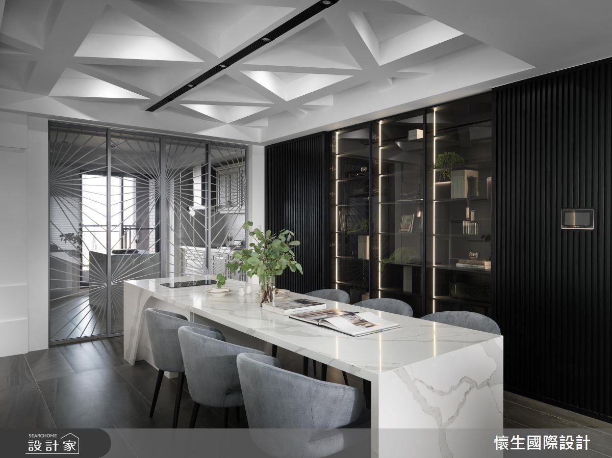 廚房玻璃拉門上以鐵件做出放射狀造型,將尋常的組合翻轉無可限量的表現方式。