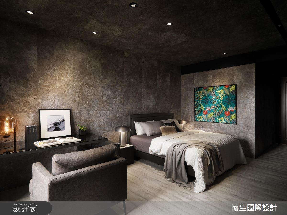 個性十足的兒子房與客廳的義大利特殊漆相互呼應,大膽在牆面與天花板全數使用相同建材,創造酷勁感受。