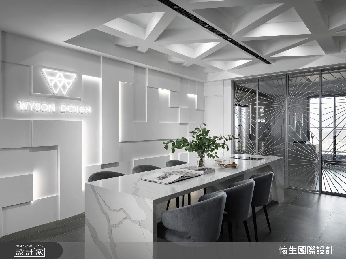 嵌入 LED 線燈的幾何牆面與立體天花板設計,讓純白的居家空間霎時充滿戲劇張力,卻不顯過分浮誇或凌亂。經過屋主特別要求,更在牆面放置懷生設計的 LOGO,儼然精品規格。