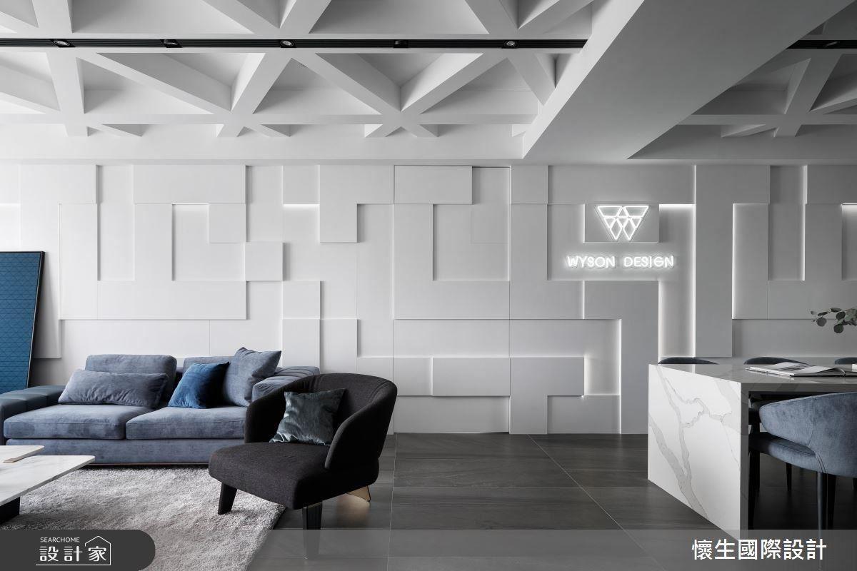 吊隱式冷氣與嵌燈的結合,讓白色居家增添黑色俐落氣息,刻意使用灰藍色家具,更能適當提升彩度。