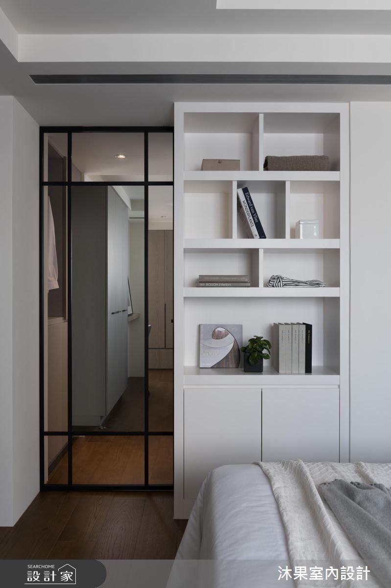 針對唯一一間衛浴的空間歸屬,于設計師即為巧妙的利用書房通往主臥的過道,設立兩道拉門,可透過不同門片的開闔,讓衛浴分屬複合書房或主臥,因應雙向需求。