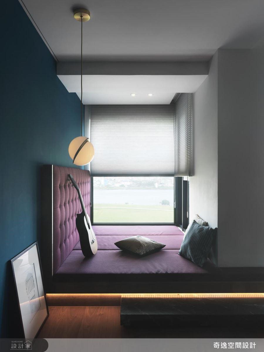 休閒空間以架高方式打造臥榻空間,為屋主構築一方愜意閒適天地。