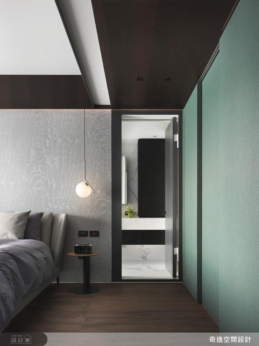 主臥房壁面以湖水綠壁紙鋪敘,為空間迎來活潑年輕氣息。