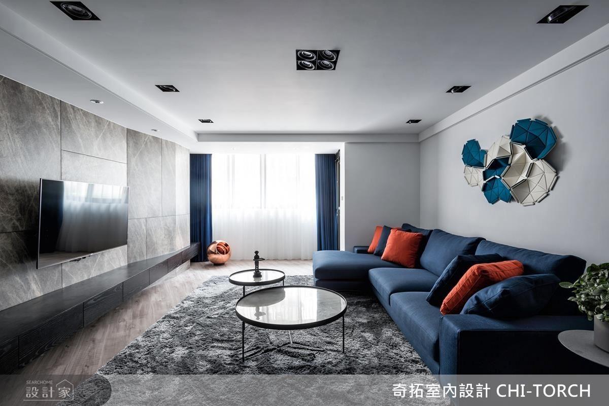 客廳沙發選用帶有夫妻求學回憶的藍、橘色,勾勒空間活潑俏皮感。