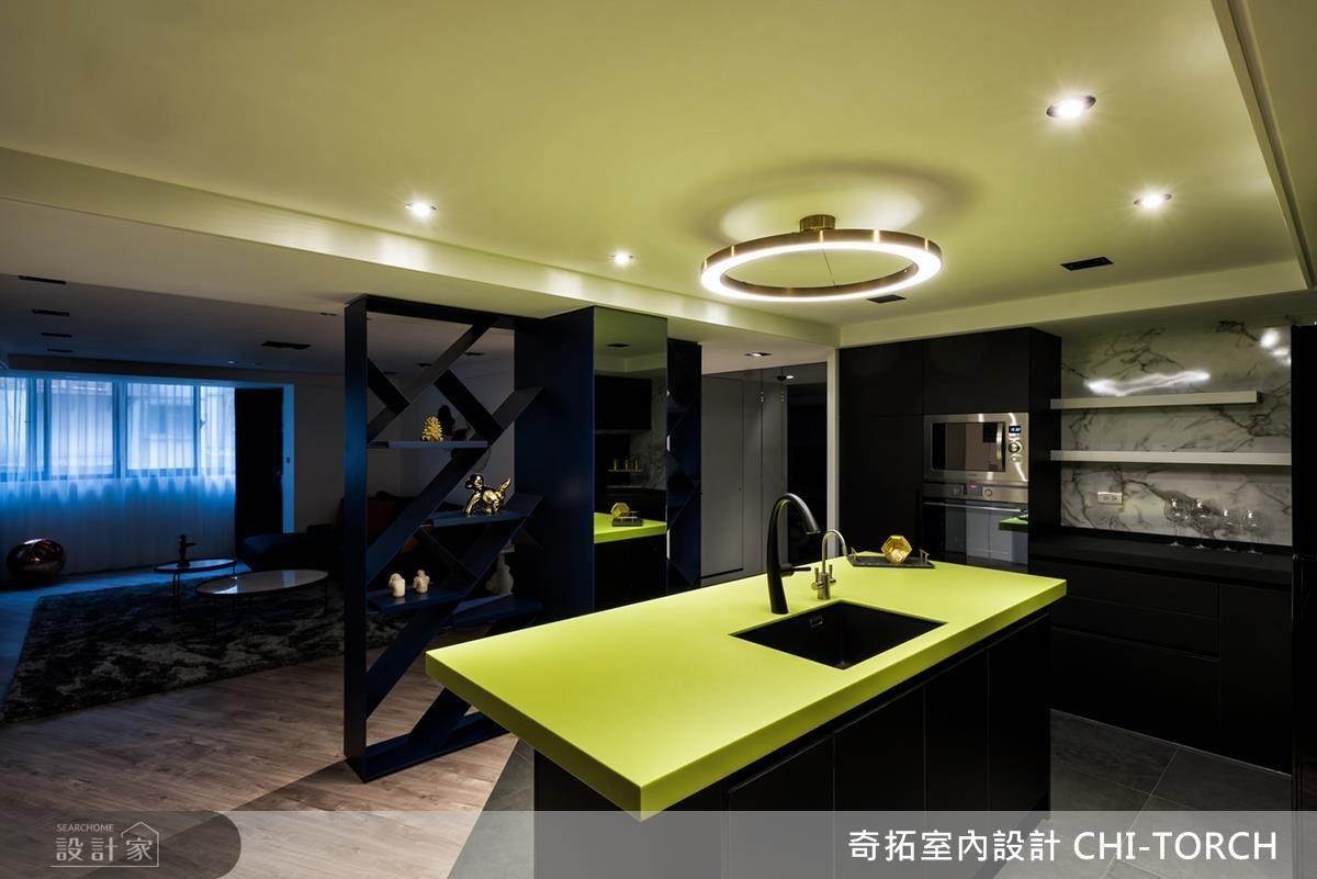 餐廳中島選用安定人心的綠色營造戶外清新氛圍,成就空間一大視覺焦點。