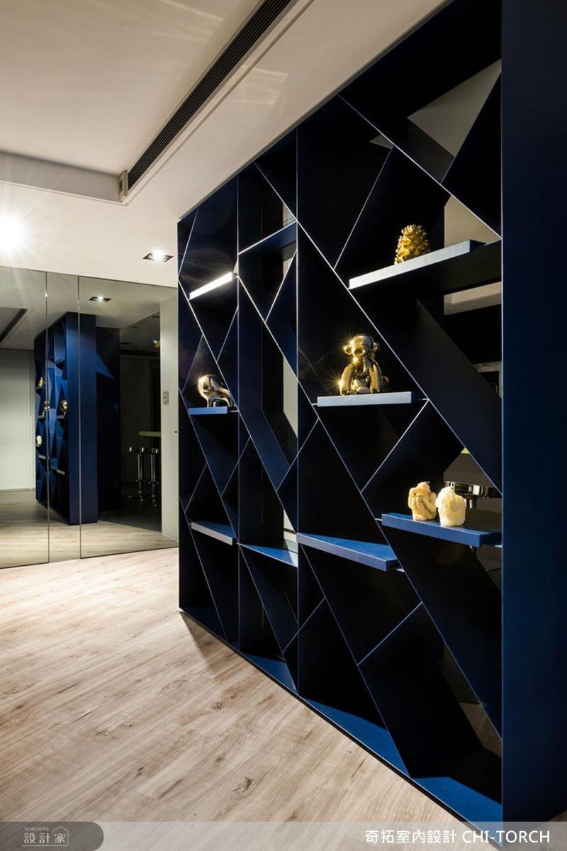 設計師巧妙利用幾何展示牆的呈現,弱化原有大樑的壓迫視覺感。