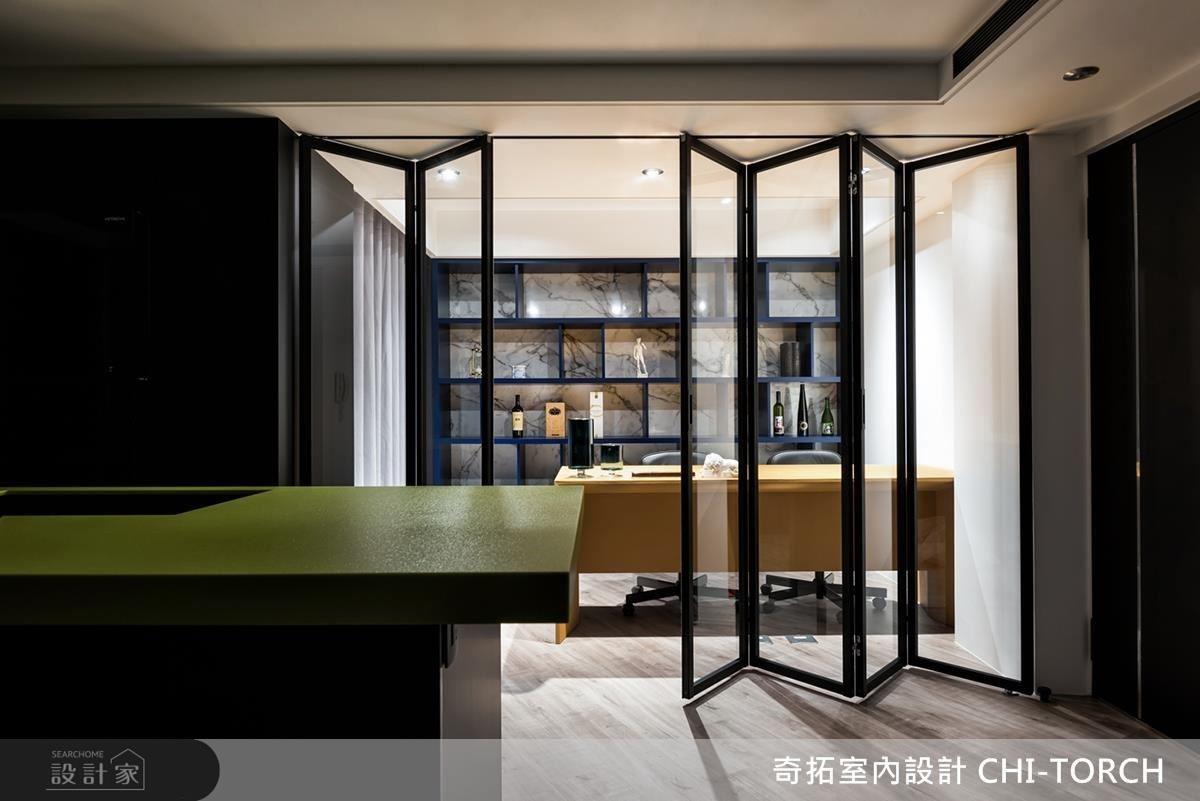 書房的通透玻璃拉門為屋主創造開放、隱私兼具的工作環境。
