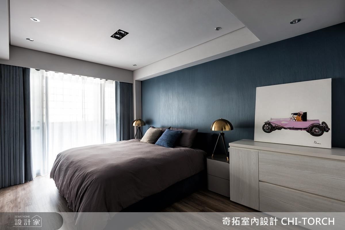 主臥以淺灰色及深藍色定調,構築沉穩人心的舒適睡眠空間。