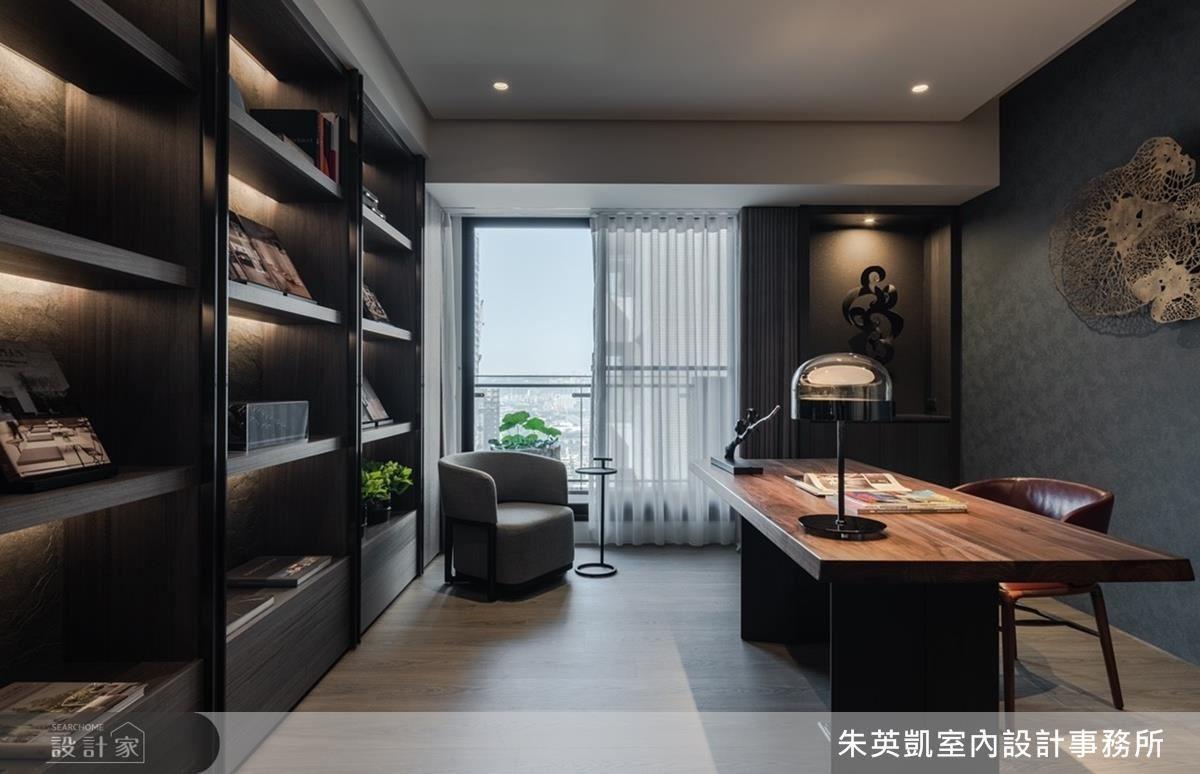 書房牆面以石皮雲霧感的灰藍色壁紙,在光線流淌下挹注內斂人文氣息。