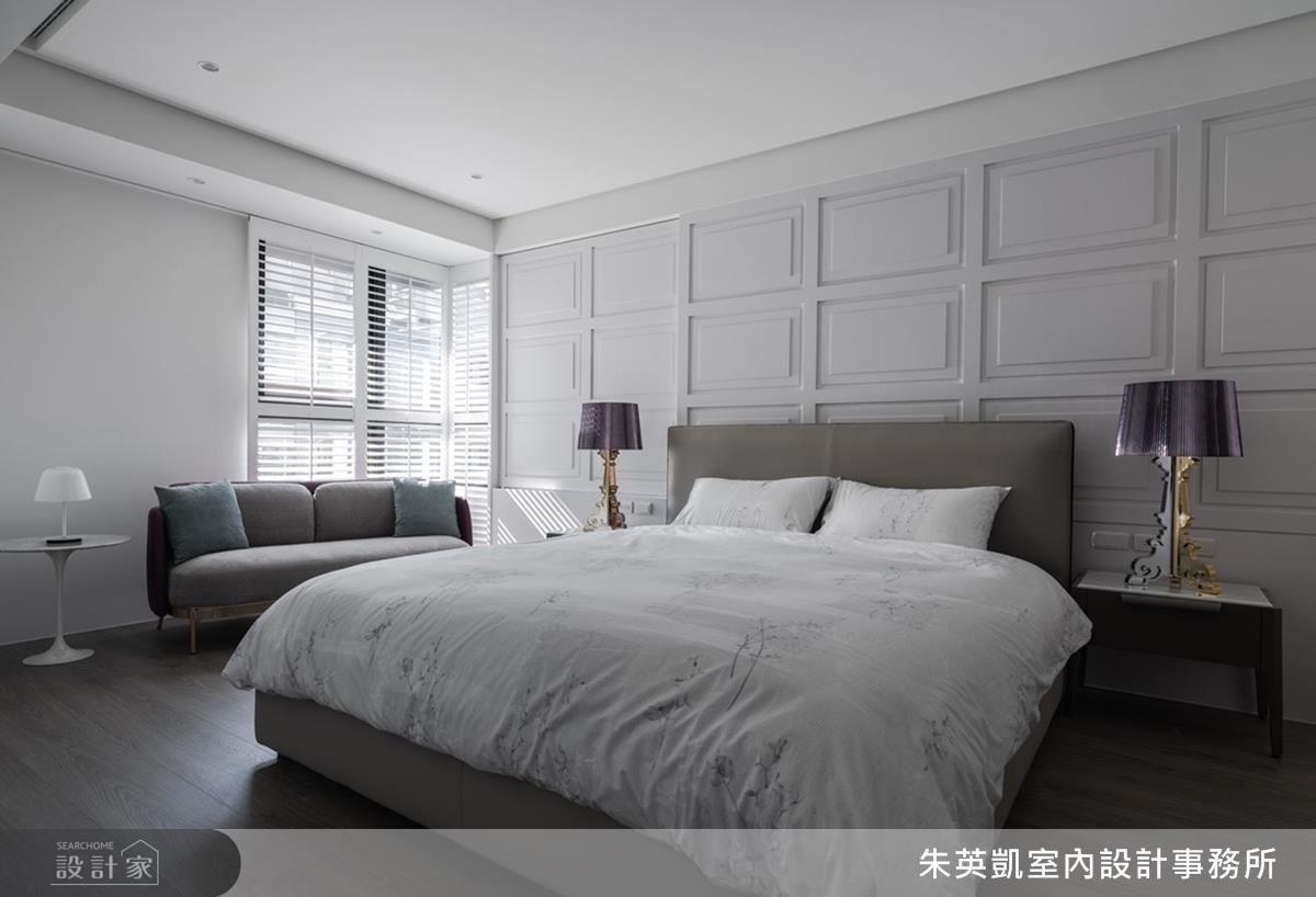 主臥壁面運用立體線板豐富視覺美感,圍塑古典優雅氛圍。