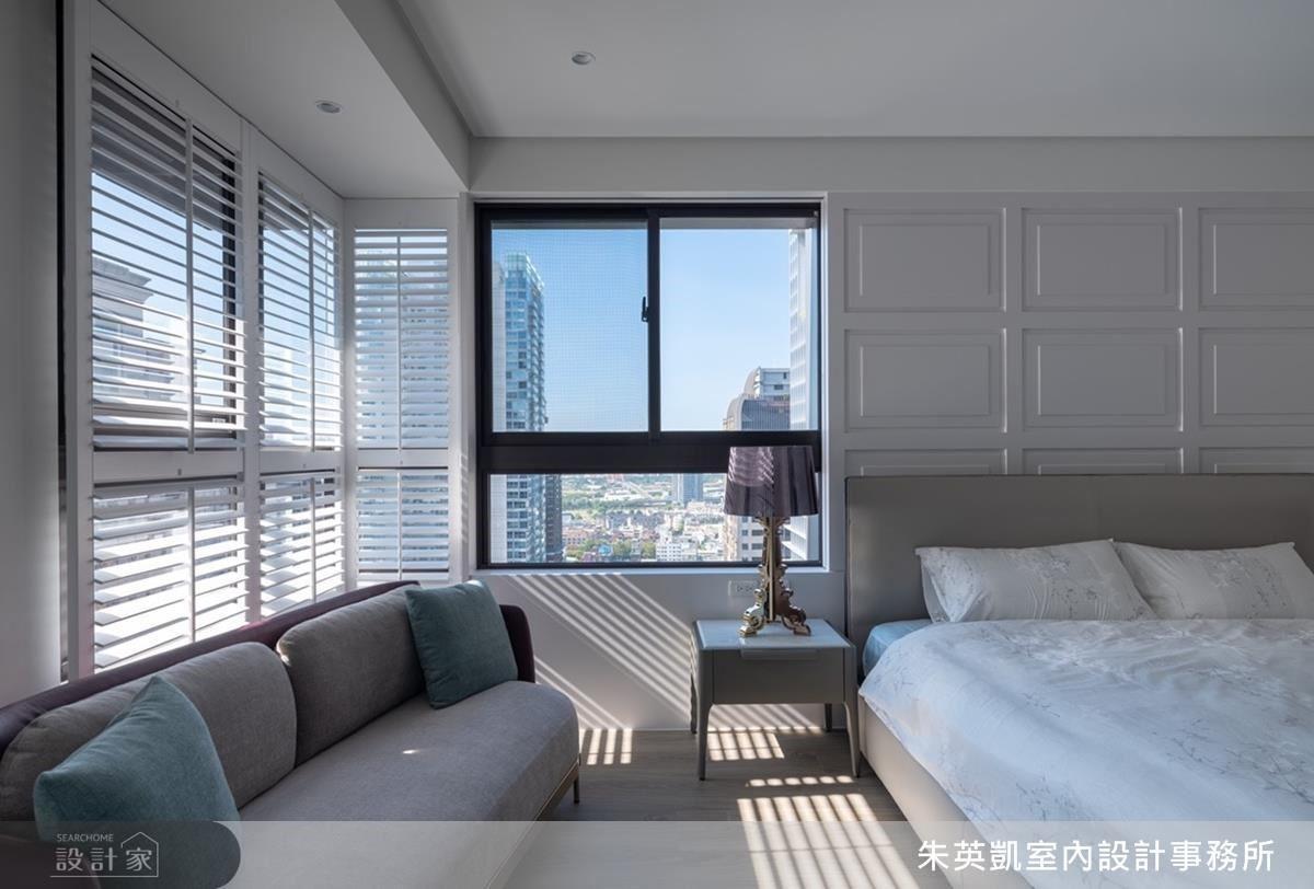 主臥善用原有採光優勢,以百葉窗設計彰顯光影變化層次。