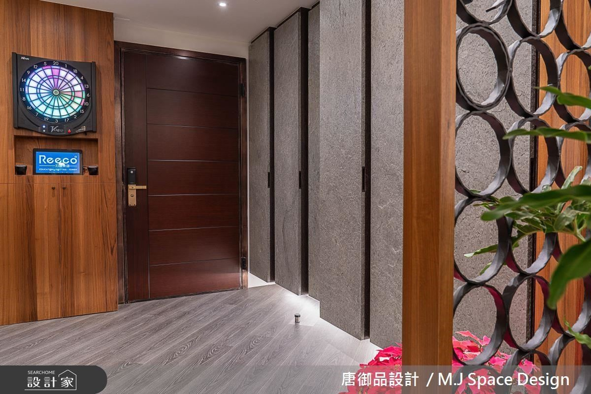 玄關櫃體以石材切割排列,呈現錯落的視覺層次感。