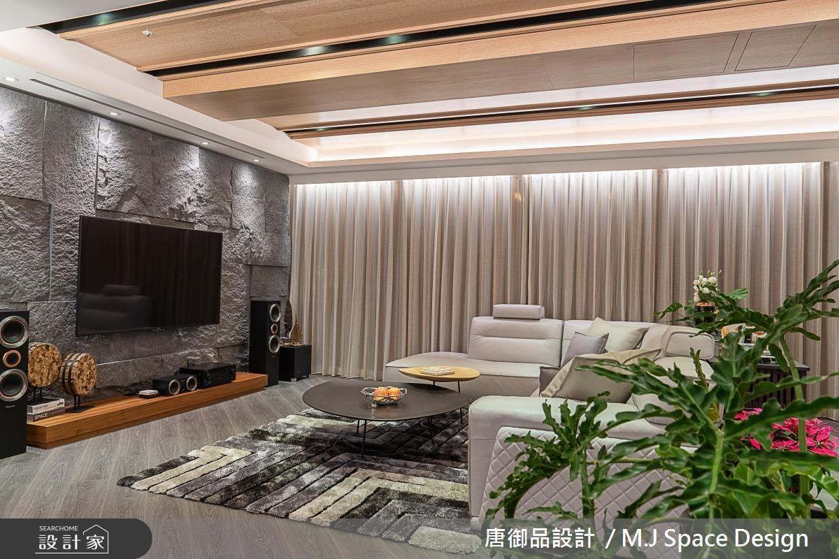 客廳電視牆以石材鋪陳,呼應至玄關櫃體的材質與元素。