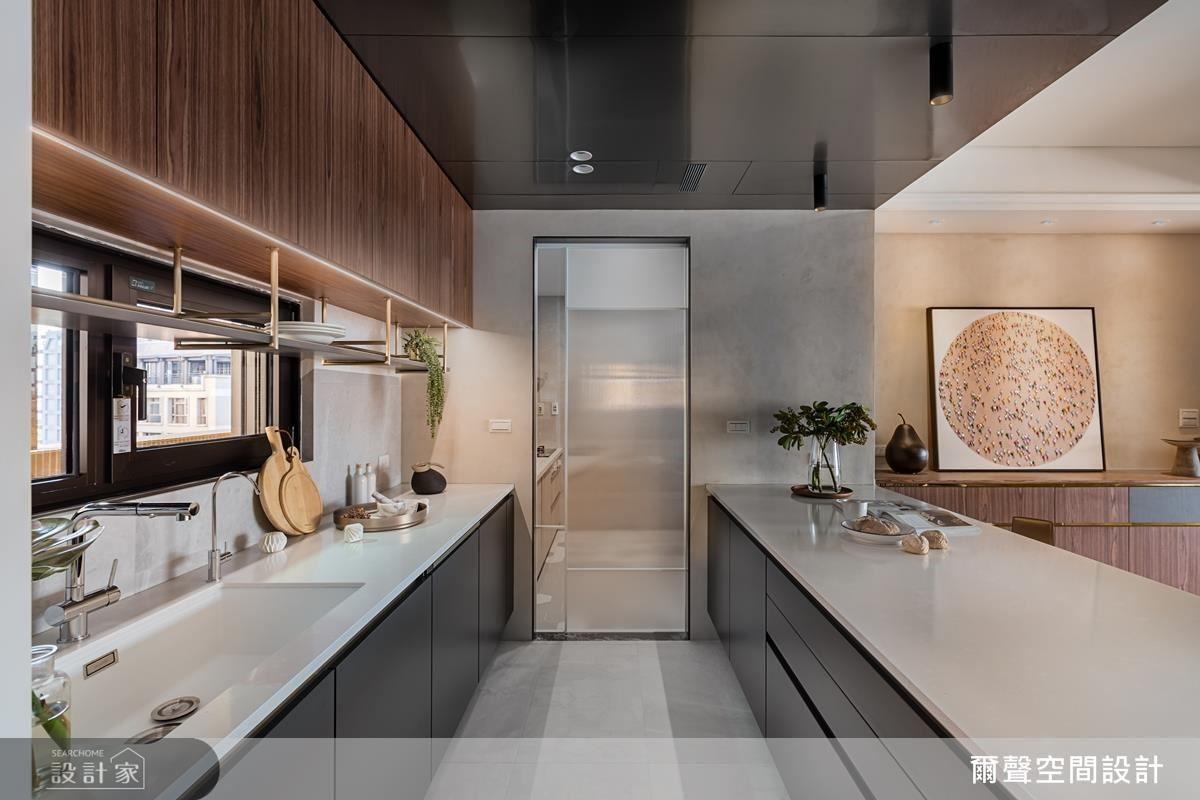 流理檯上方設計吊櫃,機能性十足且增加視覺層次。