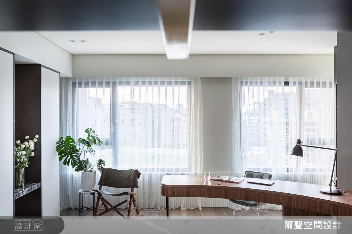 主臥以圓弧造型牆面及書桌設計,勾勒寢居線條美感。