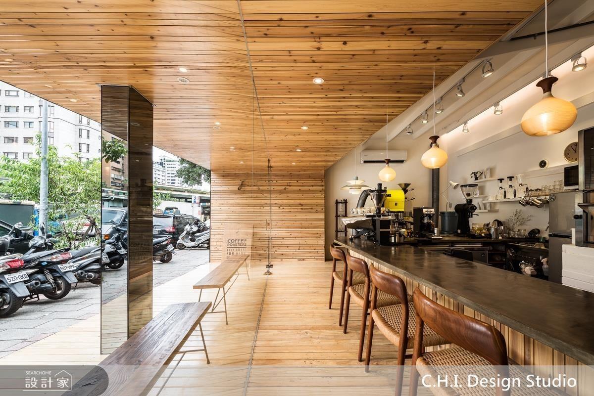 店門外的樑柱巧妙利用鏡面修飾,弱化壓迫視覺效果。