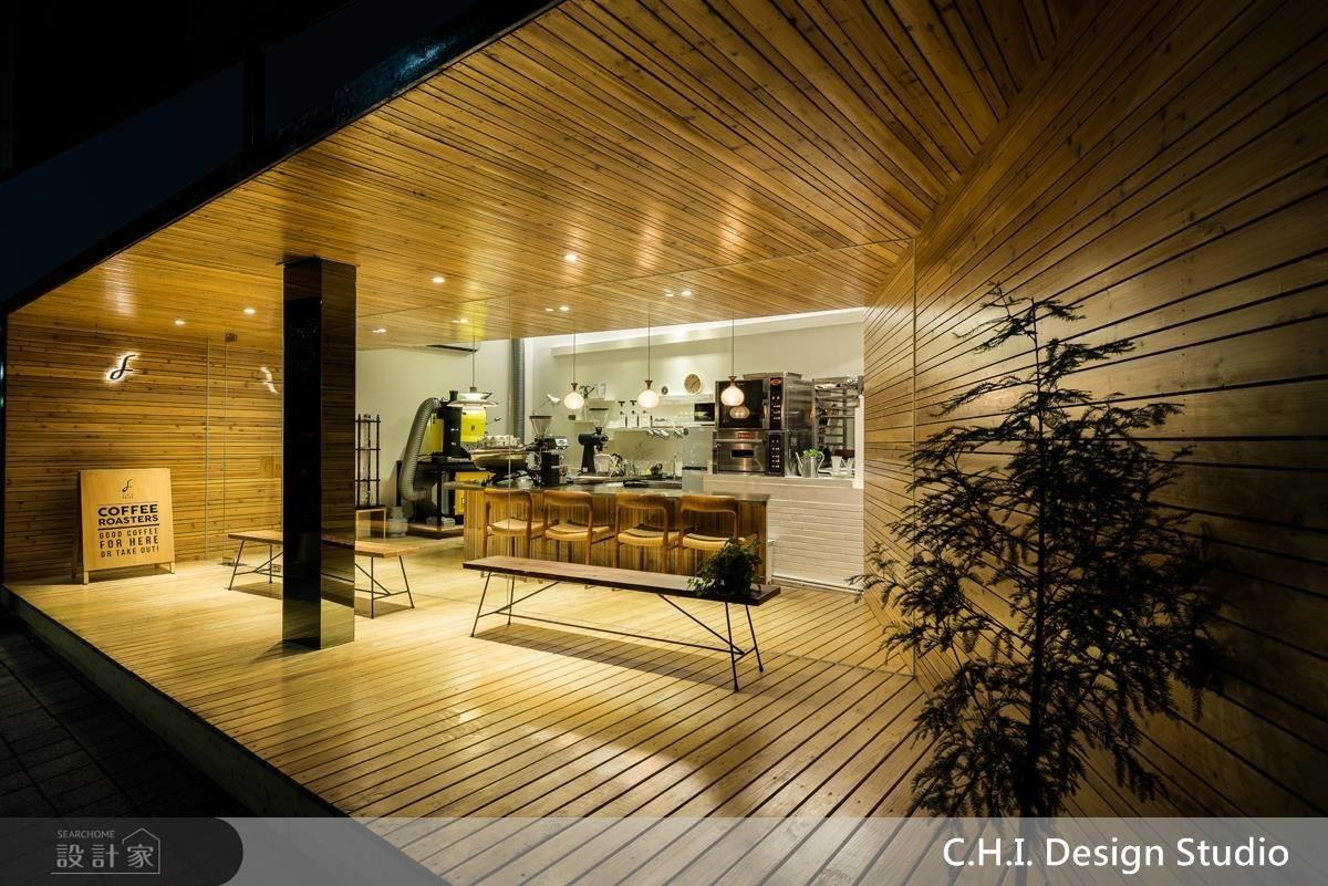 木材框體在夜晚光影的流動下,勾勒和煦而溫潤的氣息。
