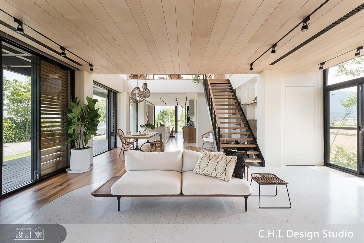 公領域以大面落地窗設計模糊內外分界,同時引光入室,型塑溫潤氛圍。