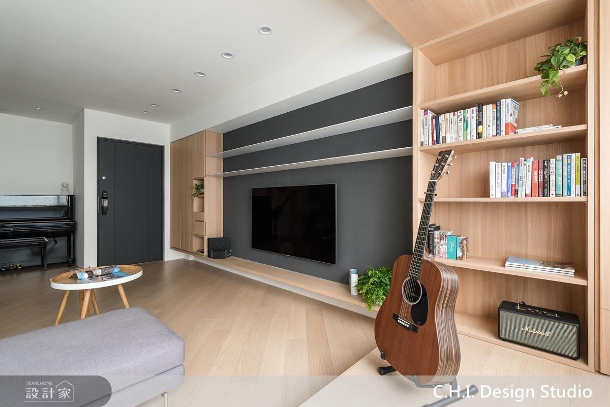 客廳電視牆結合層架櫃體設計,弱化上樑視覺感,更增加收納展示機能。