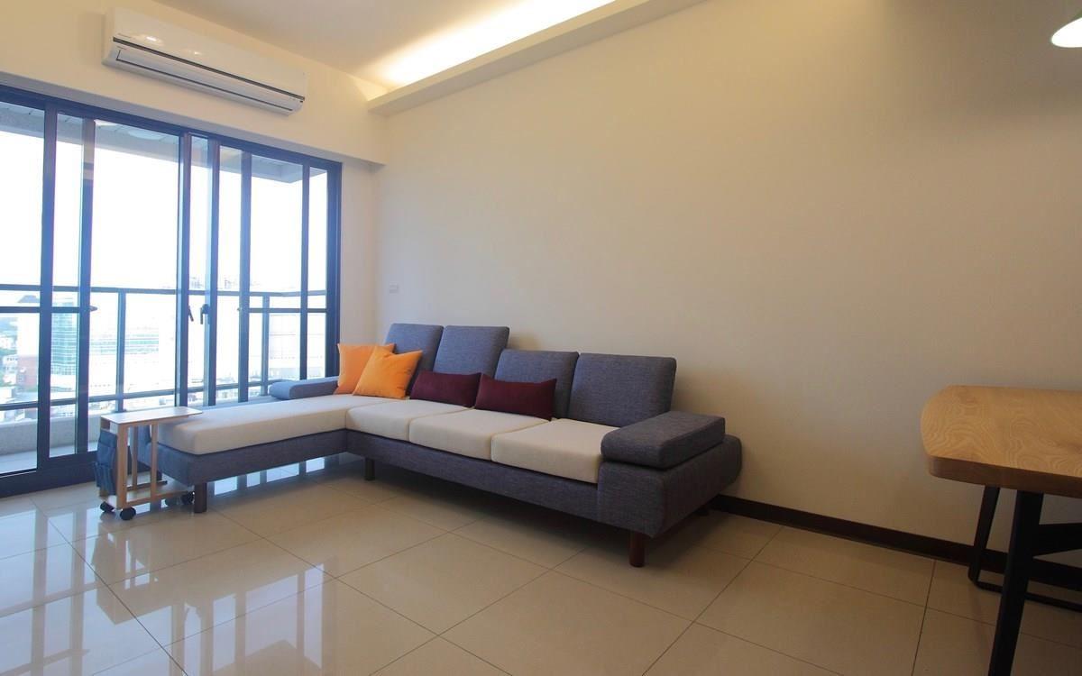 水泱泱沙發可以選擇要高或低的椅背,圖中這組水泱泱沙發配合使用者的習慣把坐墊加厚拉高坐面,並調整成較Q彈的泡棉。