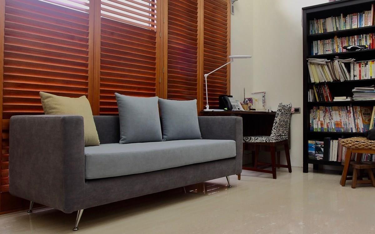 在書房擺一張一字型沙發,雙人大小就好,不會佔去太多空間,或坐或臥,很適合看閒書的時候使用。