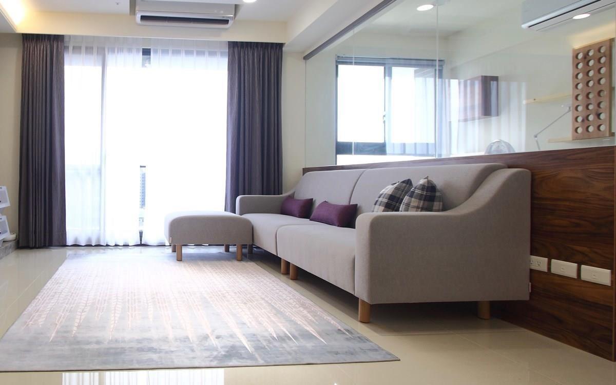 一字型沙發就是節省空間!搭配機動性強的腳几,平時與沙發結合作為貴妃椅使用,拉出來也可以坐上幾個人,空間運用自如。力士沙發,無頭枕規格。