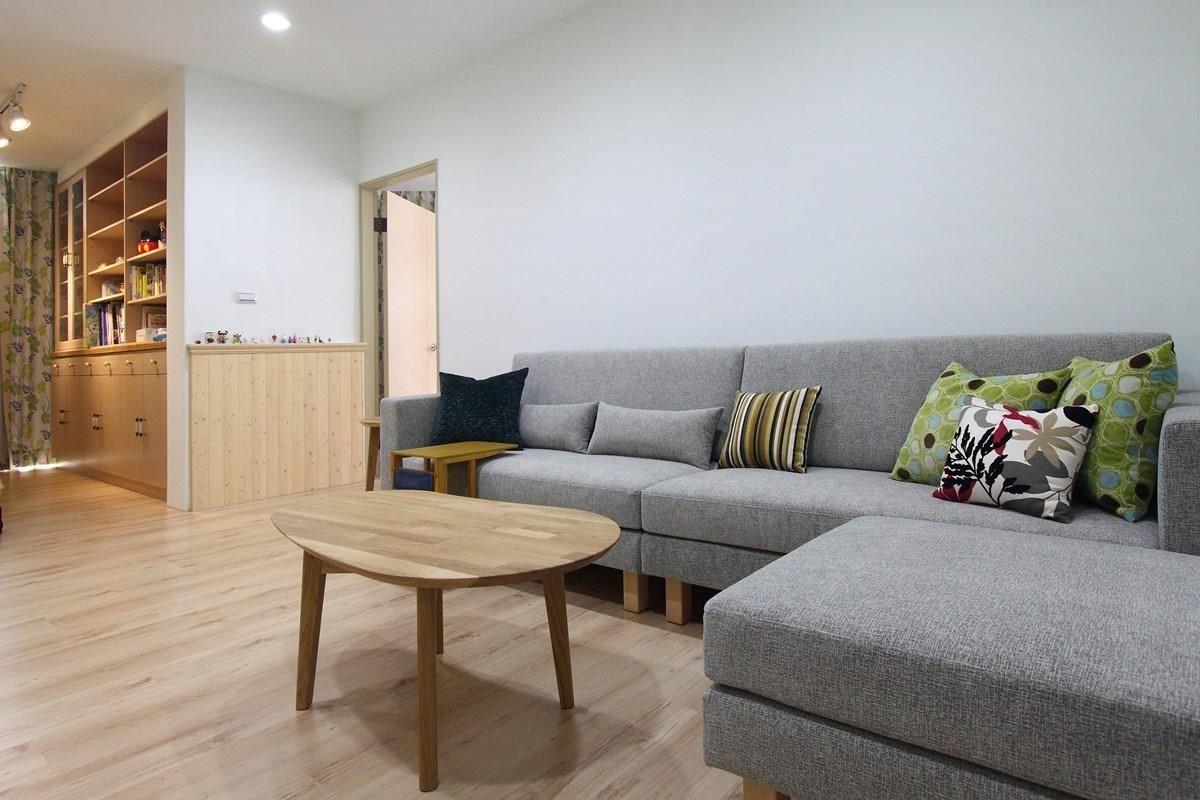 灰色系是中性色調,怎樣都好搭。覺得太單調嗎?可以利用鮮豔色彩的抱枕來點綴,讓空間看起來更活潑。