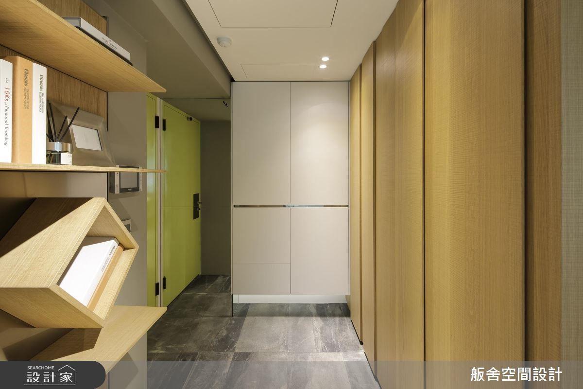 玄關以白橡木櫃體營造純淨氛圍,搭配灰色大理石磚營造樸實自然感受。