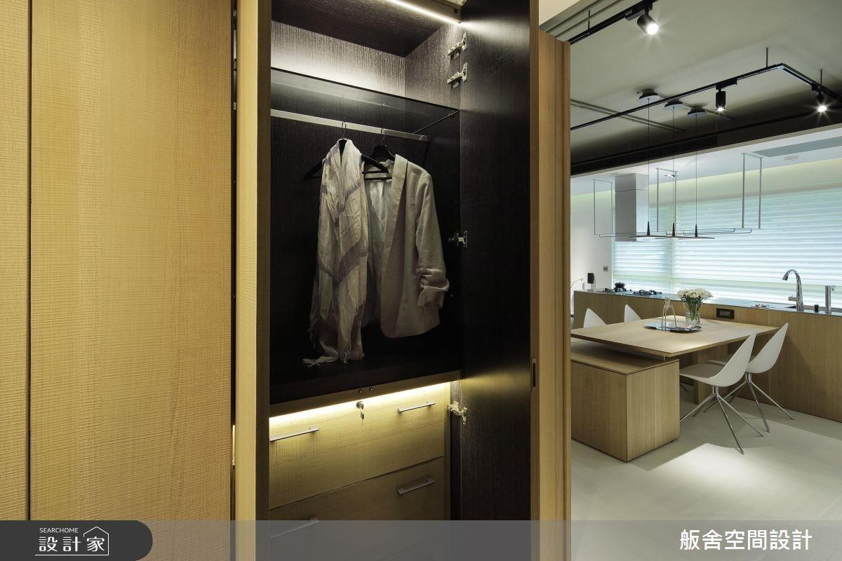 玄關櫃體內部完整的收納規劃支援空間需求,兼具美感與機能。