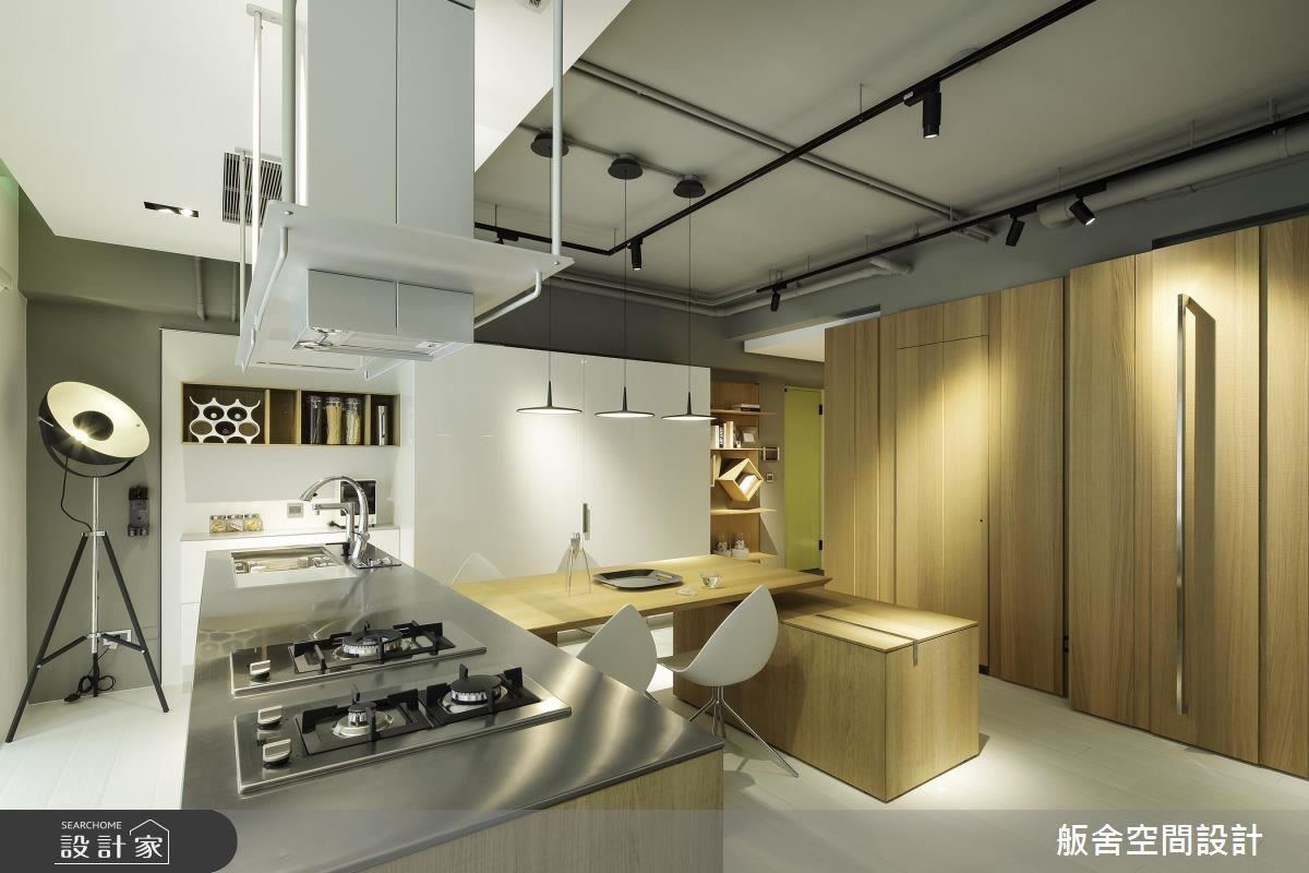 運用三大塊體型塑廚房場域作為迎賓的交流場域。